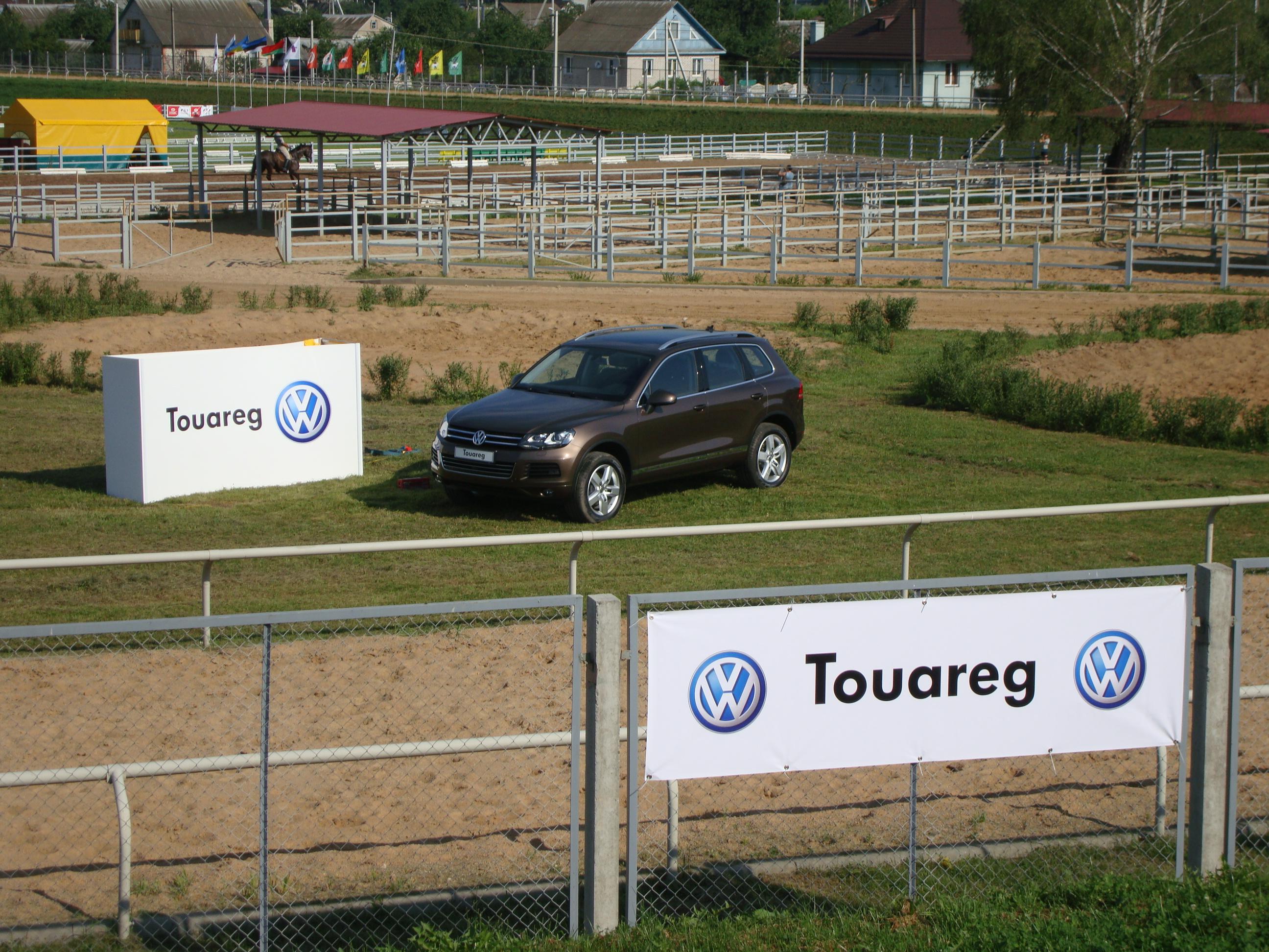 14 Отдельностоящая рекламная тумба VW Touareg
